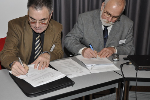 Signing of the first transnational call for wadden research by dr. Frans Martens (The Netherlands Organisation for Scientific Research - Earth and Life Sciences (NWO-ALW)) and dr. Peter Seifert (Project Agency Juelich), on behalf of dr. Klaus Schindel, (G