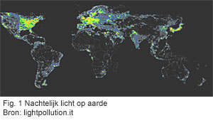 Nachtelijk licht op de aarde (October 1994 - March 1995). (Bron: http://www.ngdc.noaa.gov/dmsp/image/poster_world.jpg)