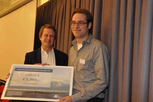The Wadden Academy award for the best Master thesis is handed to Bas van Leeuwen by dr. Hessel Speelman
