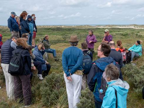 [Translate to english:] Excursie in de duinen van Terschelling. Foto: Gerard Roos