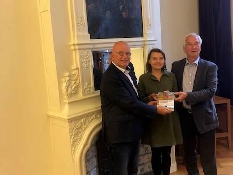 Henk Staghouwer, gedeputeerde van de provincie Groningen ontvangt het boek Future of Sustainable Agriculture in Saline Environmentsvan de auteurs Katarzyna Negacz en Pier Vellinga