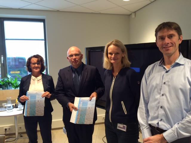 De auteurs Katja Philippart en Martin Baptist overhandigen op 29 oktober de position paper aan gedeputeerde Henk Staghouwer en Elze Klinkhammer van Rijkswaterstaat.